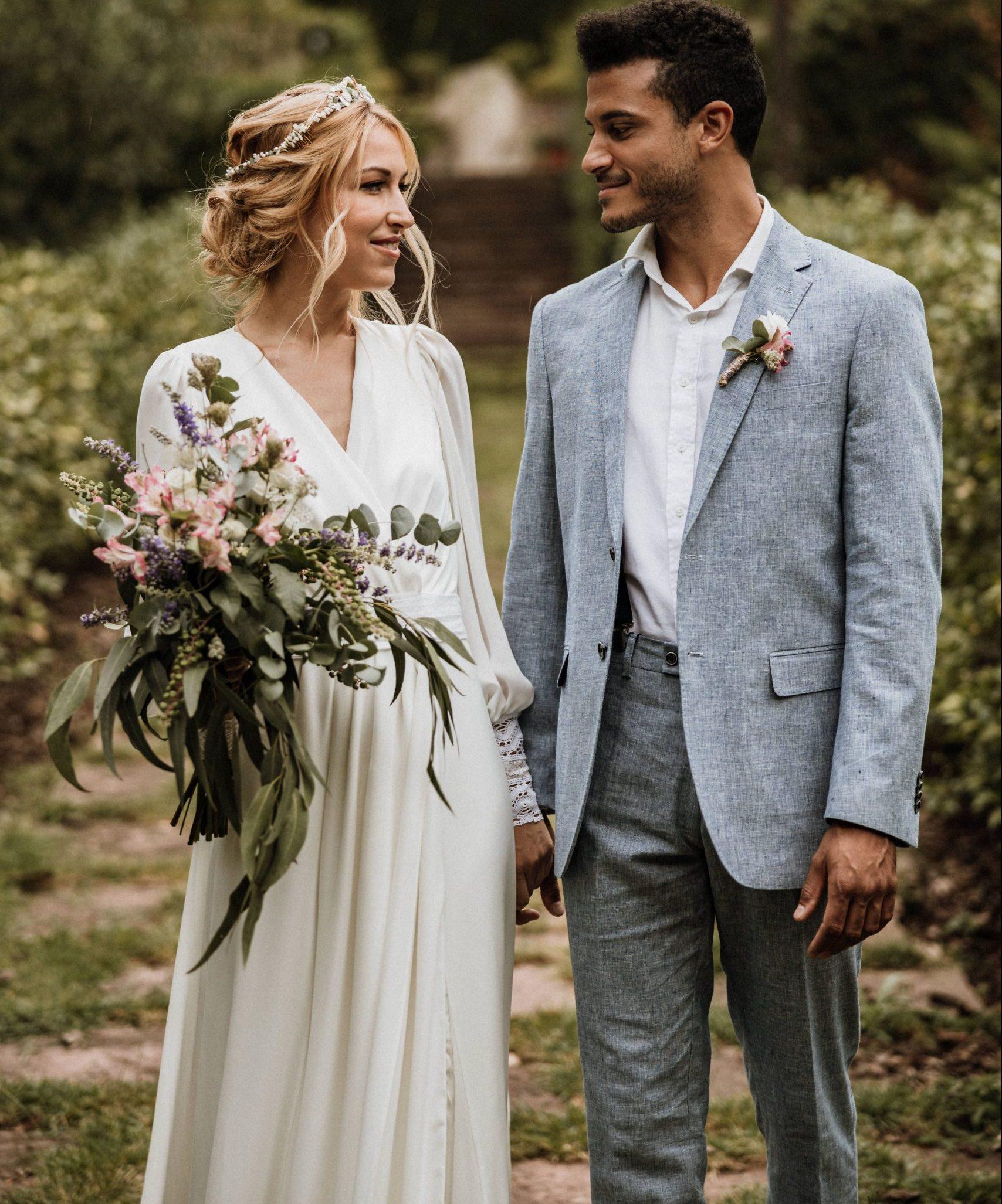 Pareja de camino al altar en boda de día